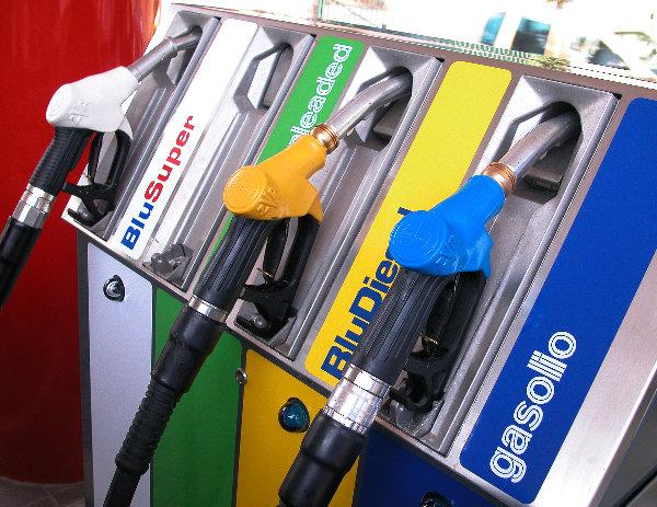 Scendono i prezzi dei carburanti