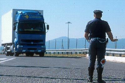 Fermato al porto di Bari con cronotachigrafo manomesso: nei guai camionista