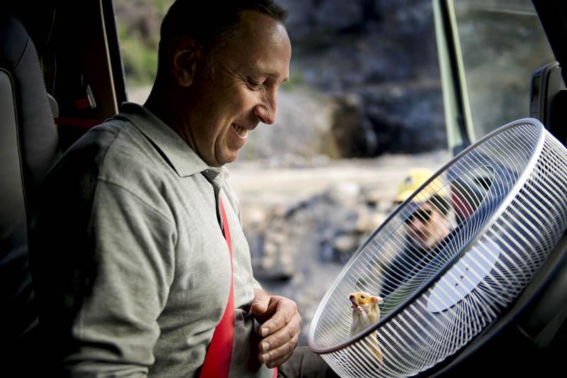 """Charlie, che pesa 175 grammi, guida un Volvo FMX nel filmato """"The Hamster Stunt"""""""