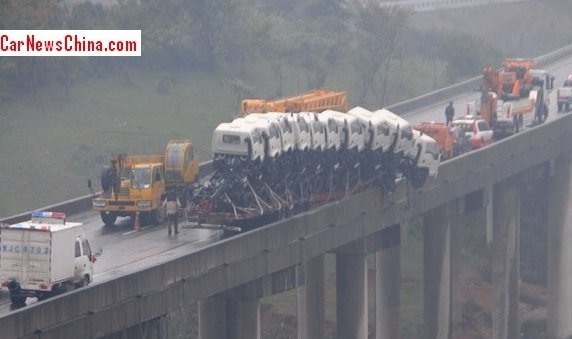 Cina, autista e passeggero salvi per miracolo dopo incidente con il loro camion