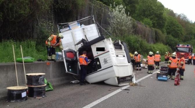 Cabina del camion si ribalta… per un attacco di starnuti