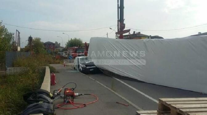 Mozzanica (BG), camion si ribalta e travolge furgoncino: uomo muore schiacciato
