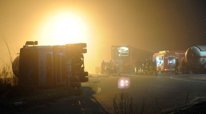 Camion carico di ortaggi si ribalta sull'Autostrada A4