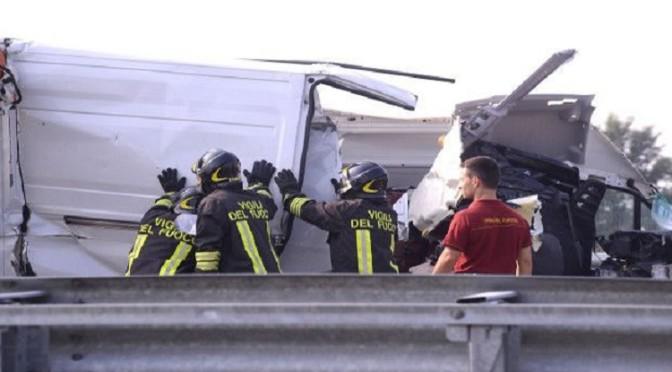 Camion precipita da viadotto sulla E45 ghiacciata, muore 35enne