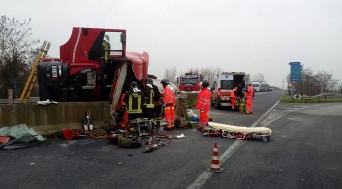 Camion contro il new jersey a Ravenna, ricoverato il camionista