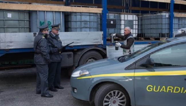 GDF scopre traffico di carburante di un autotrasportatore ad Aprilia (LT)