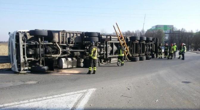 Camion si rovescia alla rotonda della Procos di Cameri (NO)