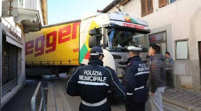 Autoarticolato bloccato tra le vie del centro di Sesto Fiorentino (FI)