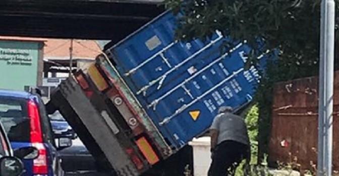 Camion incastrato sotto cavalcavia a Roccapiemonte (SA)