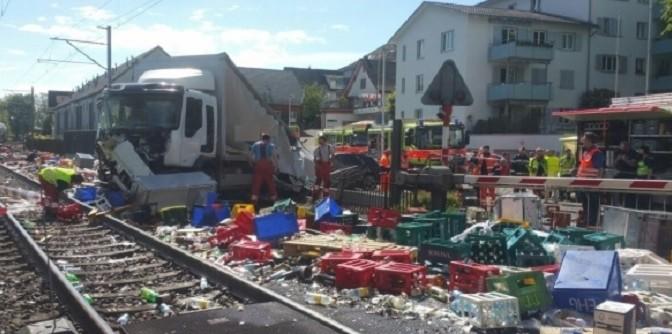 Camion si scontra con un treno nei pressi del Lago di Zurigo (Svizzera)