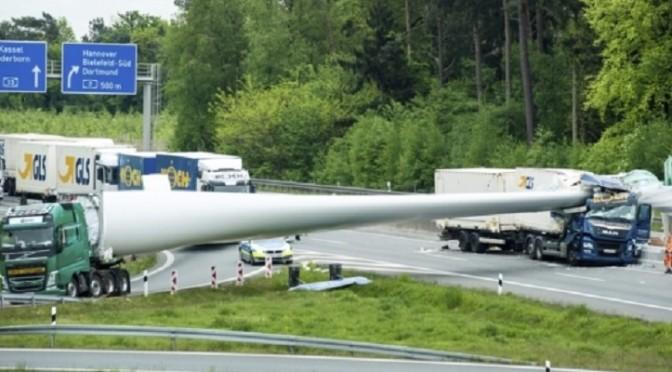 Pala eolica cade sull'autostrada e colpisce un autotreno