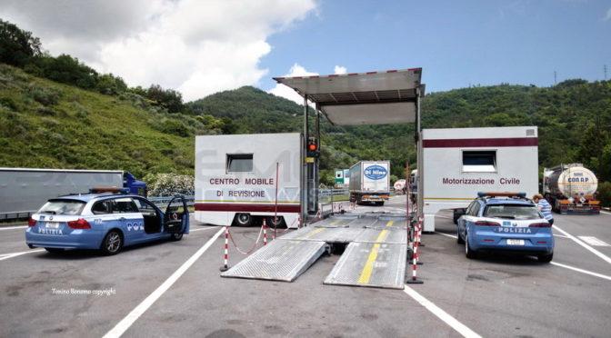 Polstrada controlla 35 mezzi pesanti e trova 160 irregolarità su 27 camion
