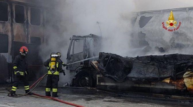 Incendio distrugge autoarticolato della Romagna Autotrasporti di Malo (VI)