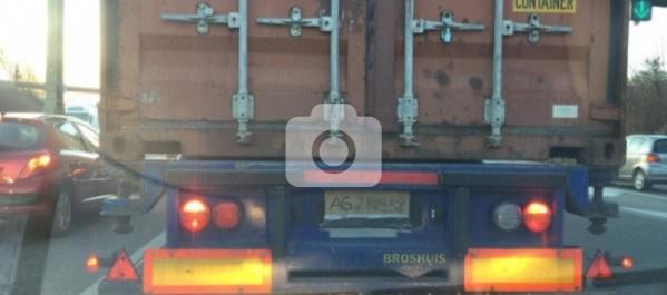 Camionista si costruisce una targa con cartone e pennarello