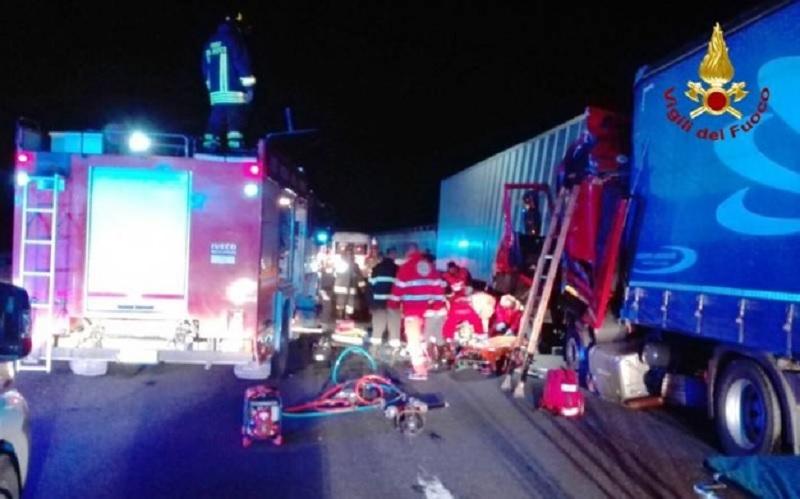 Si ferma per soccorrere il collega camionista ma viene travolto e ucciso sull'A14