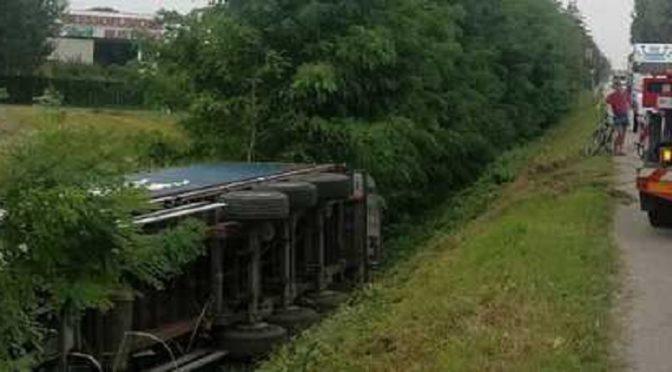 Autoarticolato sbanda e finisce rovesciato a bordo strada nel Padovano: illeso il camionista