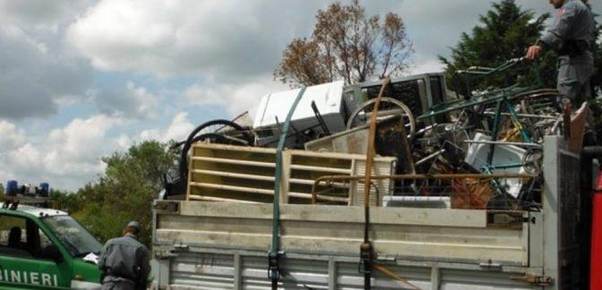 Trasportano illecitamente rifiuti su un camion: nell'Avellinese fermati due rumeni