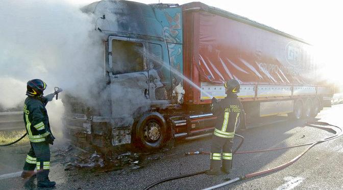 Autoarticolato in fiamme sull'A25: intervengono i Vigili del Fuoco