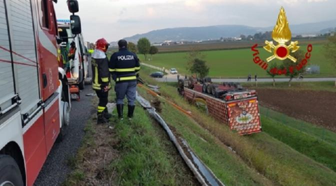 Autoarticolato carico di uova cade per 8 metri e finisce in una scarpata: gravi 2 camionisti