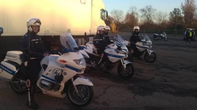 Bologna, la Municipale controlla 50 mezzi pesanti: 29 sono irregolari