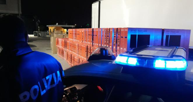 Televisori e abiti griffati in mezzo al carico di pomodori: nei guai due camionisti