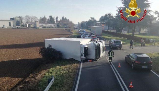 Brianza, incidente tra auto e camion che si ribalta: intervengono i Vigili del Fuoco