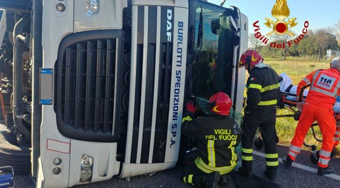 Pordenonese, si ribalta autoarticolato: intervengono i vigili del fuoco per liberare il camionista