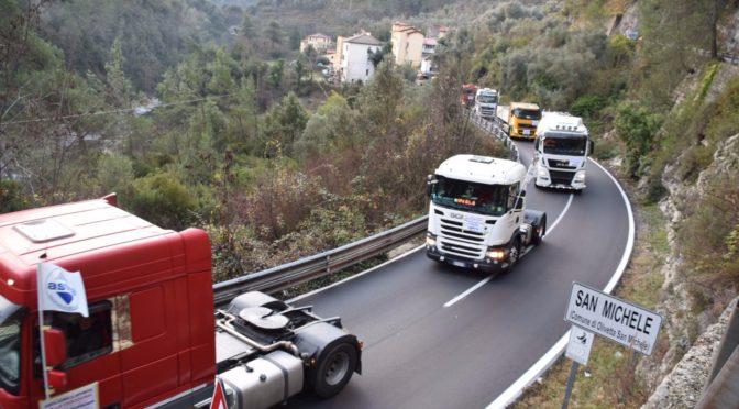 Tir lumaca contro il divieto di transito in Valle Roja