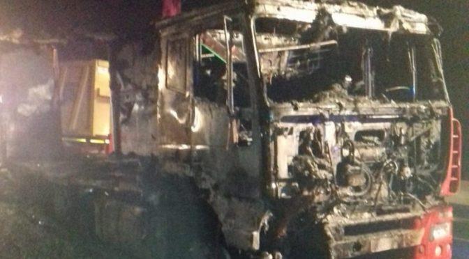 Il camion va a fuoco sull'A14 ma i due autisti riescono a mettersi in salvo