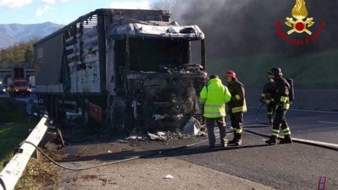 Mezzo pesante in fiamme sulla A1: intervengono i Vigili del Fuoco
