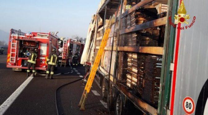 Autoarticolato con carico di legname a fuoco sull'A4: intervengono i Vigili del Fuoco