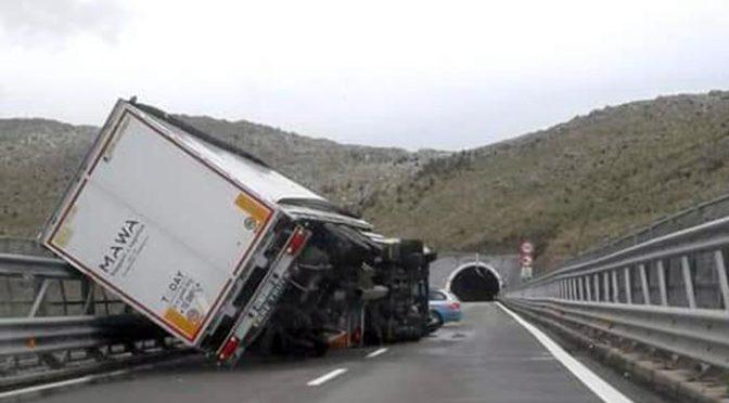 Forti raffiche di vento, si ribaltano due tir sull'Autostrada del Mediterraneo