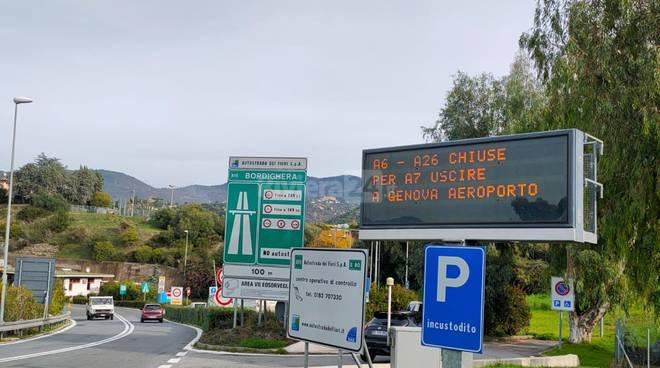 Camionista impiega un'ora per percorrere 7 km sull'A26