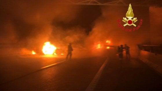 Assalto a portavalori su A1 nella notte, auto in fiamme: autostrada chiusa