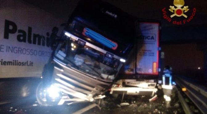 Incidente tra mezzi pesanti sull'A1, illesi i conducenti