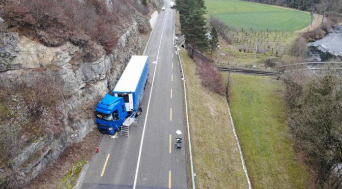 Centrato dal portellone di un furgone, muore camionista 45enne