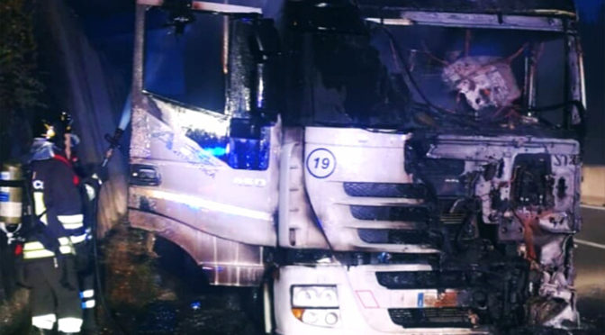 Camion in fiamme sull'A16 a Grottaminarda (Avellino)